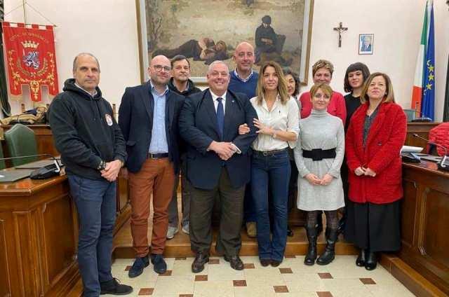 Foto di gruppo con i partner del progetto. Al centro il sindaco Antonfrancesco Vivarelli Colonna e l'assessore all'Ambiente Simona Petrucci.