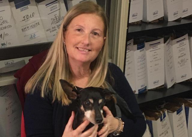 Una dipendente del Comune di Greve con il suo cane.