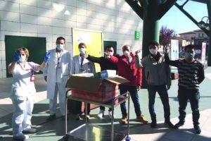 La consegna delle mascherine (foto Asl Toscana Centro - Empoli)
