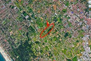 Veduta aerea della zona interessata dalle nuove strade. Nel cerchio rosso l'ultima area rurale rimasta.