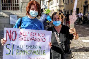 Due dimostranti al flash mob di Vicchio. (Foto da Italia Nostra).