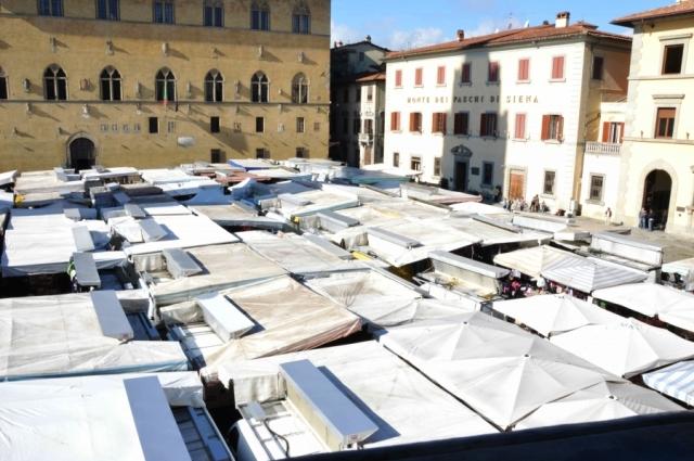 Mercato in piazza Duomo a Pistoia