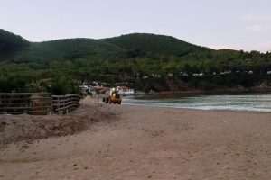 Ruspa al lavoro sulla spiaggia di Lacona (foto Legambiente Arcipelago Toscano)