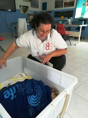La volontaria Silvia con Natalia all'ospedale delle tartarughe di Marina di Grosseto