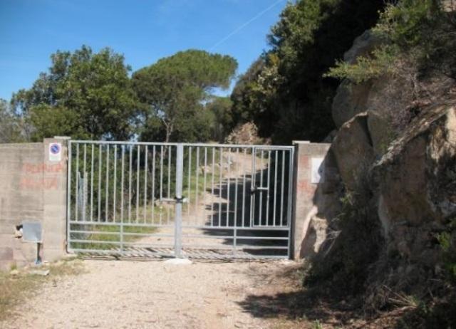 Il cancello sul sentiero di Punta Penisola (foto Legambiente Arcipelago Toscano)