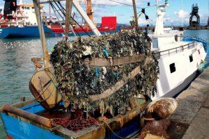 Ecoballa recuperata nel 2019 (foto Guardia Costiera)