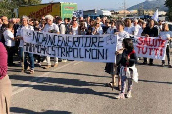 Corteo contro il pirogassificatore di Barga (foto dalla pagina Facebook del movimento La Libellula)