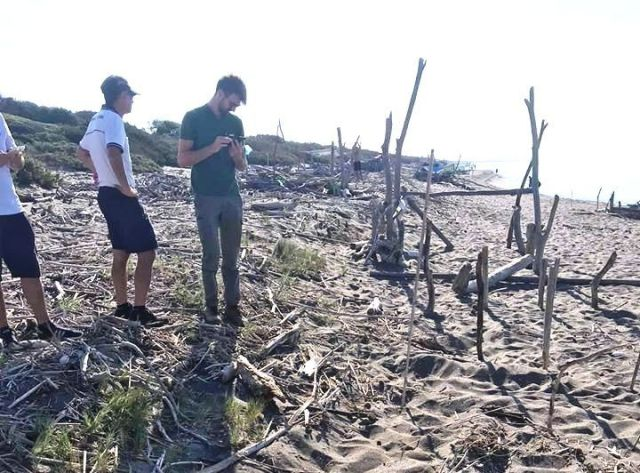 Volontari al lavoro per mettere in sicurezza il nido (foto dalla pagina Facebook delle Oasi Wwf della Maremma)