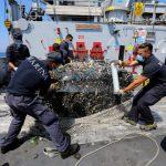Ecoballa recuperata a bordo della nave Caprera (foto Protezione Civile nazionale)