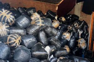 Scarti di pelletteria in un capannone sequestrato (foto Comune di Firenze)