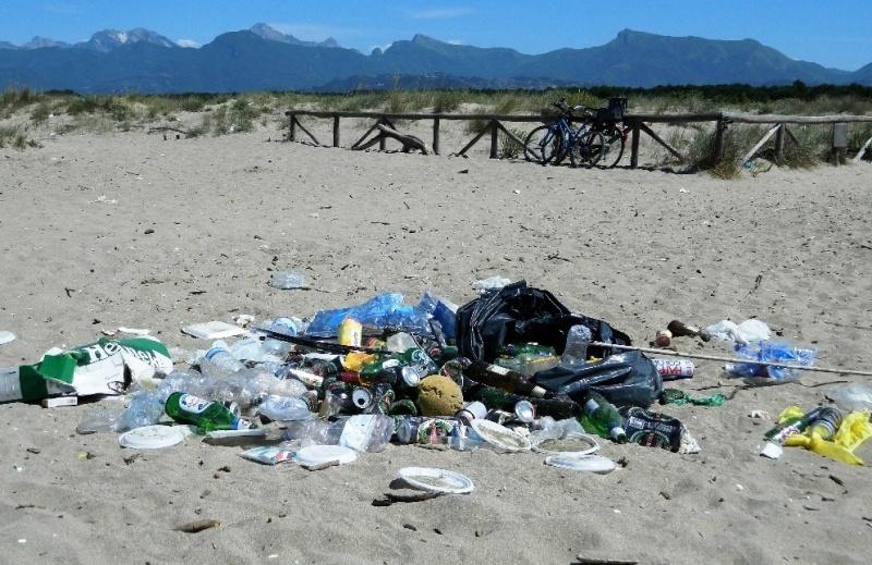 rifiuti-spiaggia-Lecciona