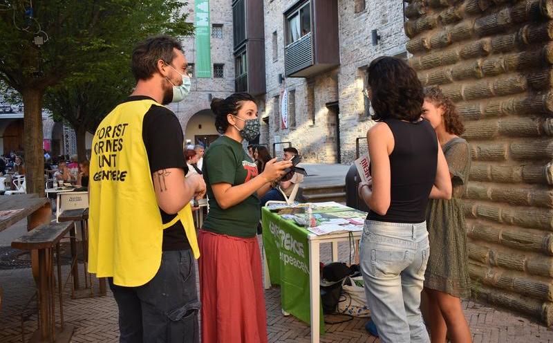 Greenpeace Firenze in piazza per sensibilizzare i fiorentini sulle vere cause della deforestazione